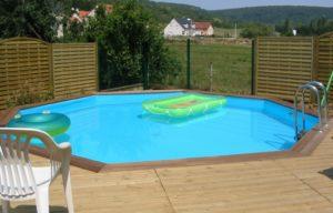 piscine avec terrasse et clôture en bois